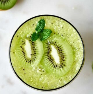 Cocktail with slices of kiwi.