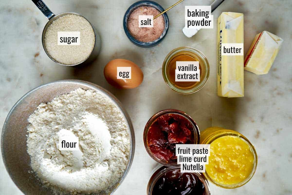 Ingredients with cookies that have a filling.